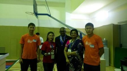 World Robot Olympiad  олимпиадасын ұйымдастырушы  Mr.Pagasen Pat Naidoo жұбайымен және қатысушылар